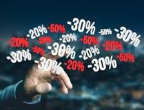 Försäljningsbefordran 20% 30% och 50% som flyger över en manöverenhet - Shopp Arkivbild