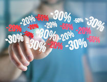 Försäljningsbefordran 20% 30% och 50% som flyger över en manöverenhet - Shopp Royaltyfri Bild