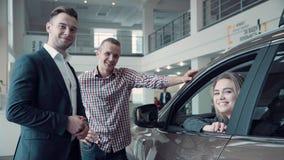 Försäljningschef Gives klienten tangenterna från bilen arkivbild