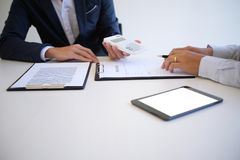 Försäljningschef som ger rådgivningansökningsblankettdokumentet, consideri Royaltyfria Foton