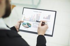 Försäljningschefen gör analysen av marknadsföringsrapporter royaltyfri bild