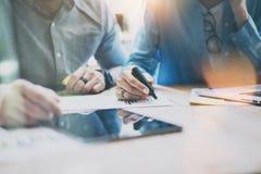 Försäljningschefer Team Brainstorming Process i modern kontorsstudio Projektproducenter använder Digital grejer, analyserar rappo royaltyfri fotografi