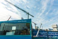 Försäljningskontor av nya flerfamiljshus Arkivbild