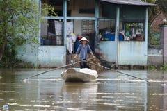 Försäljningskvinna i den Mekong deltan, Vietnam Arkivfoto