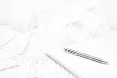 Försäljningskvitton, anteckningsbok och penna Arkivbilder