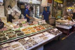 Försäljningsmat för japanskt folk för folk och handelsresande på gatan in Royaltyfria Foton