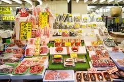 Försäljningsmat för japanskt folk för folk och handelsresande på gatan in Royaltyfria Bilder