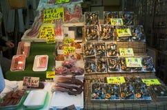 Försäljningsmat för japanskt folk för folk och handelsresande på gatan in Arkivbild