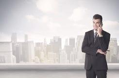 Försäljningsperson som framme talar av stadsscape Fotografering för Bildbyråer