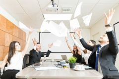 FörsäljningsTeam Enjoying With Documents In kontor royaltyfri fotografi