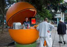Försäljningsuttag för försäljningen av nya fruktsafter i staden av Alushta royaltyfri fotografi