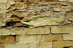 Försämras tegelsten och kritisera väggen royaltyfri bild