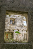 Försämring av hus i den gamla staden av Mali Ston Arkivbild