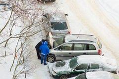 Försök att starta bilen i kallt väder royaltyfria foton