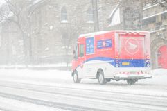 Försök för en lastbil för Kanada stolpeleverans att göra leveranser under häftiga snöstormen Februari 2013 royaltyfri fotografi