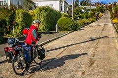Försöka att cykla upp Baldwin Street arkivfoton