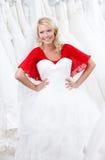 Försöka på en bröllopkappa royaltyfri fotografi