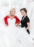 Försöka på en bröllopkappa fotografering för bildbyråer
