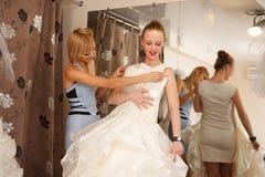 Försöka på en bröllopsklänning Arkivfoton