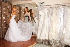 Försöka på en bröllopsklänning Royaltyfri Bild