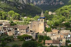 Församlingkyrka av Sant Bartomeu i Valldemossa, Mallorca, Balearic Island, Spanien royaltyfria foton