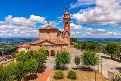 Församlingkyrka i liten italiensk stad Arkivfoton