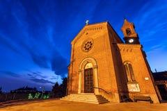 Församlingkyrka tidigt på morgonen i liten italiensk stad Arkivbild