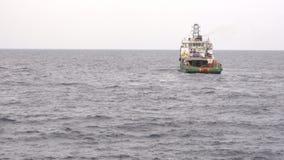 Förse med besättning och leverera den frånlands- skytteln eller leverera fartyget stock video