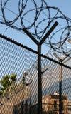 förse med en hulling fängelsetrådar arkivbilder