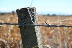 förse med en hulling stakettråd arkivfoto