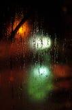 förse med rutor det våta fönstret Arkivbilder