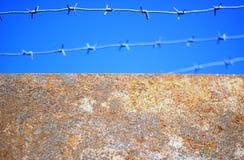 Försedd med en hulling - tråd över väggen Royaltyfri Fotografi