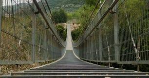 Försedd med gångjärn bro i Nesher. Israel royaltyfri bild