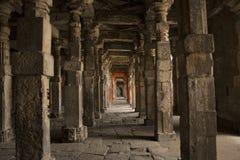 Försedd med pelare korridor, Daulatabad fort, Aurangabad, Maharashtra, Indien royaltyfri fotografi