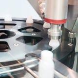 Försegla locket i fabriken Fotografering för Bildbyråer