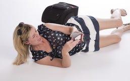 Försenad holidaymaker med passet och bagage fotografering för bildbyråer