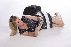 Försenad holidaymaker med passet och bagage royaltyfri bild