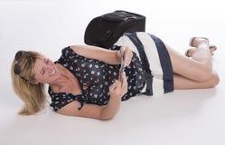 Försenad holidaymaker med passet och bagage royaltyfria foton