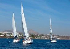 försett med besättning segla fullt ut tre yachter Royaltyfria Foton