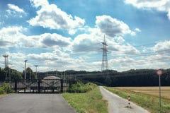 Försett med en hulling - binda landskapet som den gamla konstiga kärnkraftverket beställer ut fara för försvarsindustri för stake royaltyfria foton