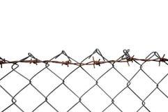Försett med en hulling - binda Mesh Fence, rost Barb Detail, isolerade horisontalRusty Barbwire, gamla åldriga red ut rostade Gre Arkivfoton