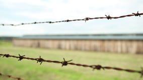 Försett med en hulling rostledningsnät av ett elektriskt staket som förhindrar flykten arkivfilmer