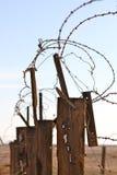 Försett med en hulling - tråd med det murkna wood staketet Royaltyfri Foto