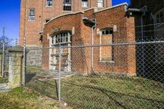 Försett med en hulling - tråd på Abandoned fabriken Arkivfoto