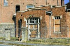 Försett med en hulling - tråd på Abandoned fabriksbyggnad Arkivbilder