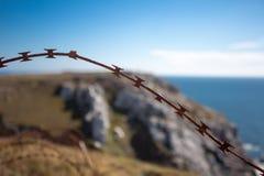 Försett med en hulling - tråd på staketet med Atlantic Ocean Royaltyfria Foton