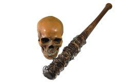 Försett med en hulling - trådbaseballslagträ med den mänskliga skallen som isoleras med backgro Royaltyfria Bilder