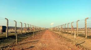 Försett med en hulling - trådkoncentrationsläger Auschwitz Birkenau arkivfoton