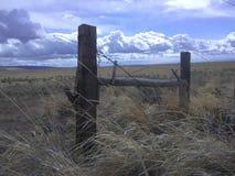 Försett med en hulling - trådstaket Eastern Oregon royaltyfri fotografi