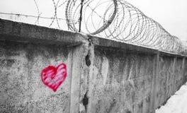 Försett med en hulling - trådstaket, fängelse, begrepp av räddning, flykting som är tyst Arkivfoto